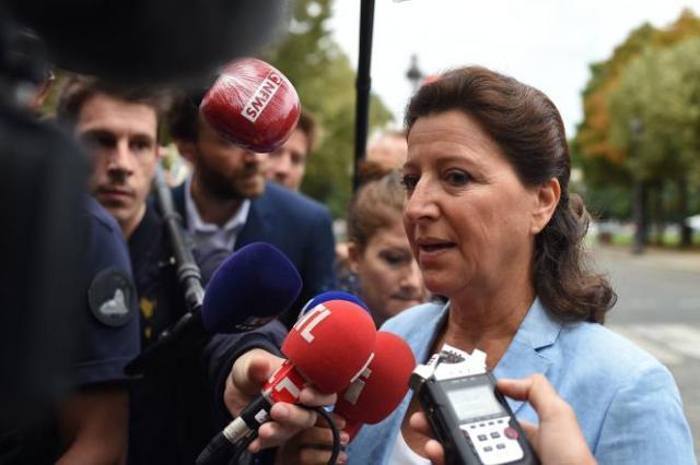 L'ancienne ministre des solidarités et de la santé Agnès Buzyn, qui a démissionné mi-février 2020 au début de l'épidémie de Covid-19, répond aux journalistes à son arrivée à la Cour de justice de la République (CJR), à Paris, le 10septembre 2021.
