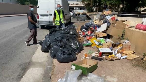 Des agents en train de nettoyer les trottoirs de la cité Bassens à Marseille.