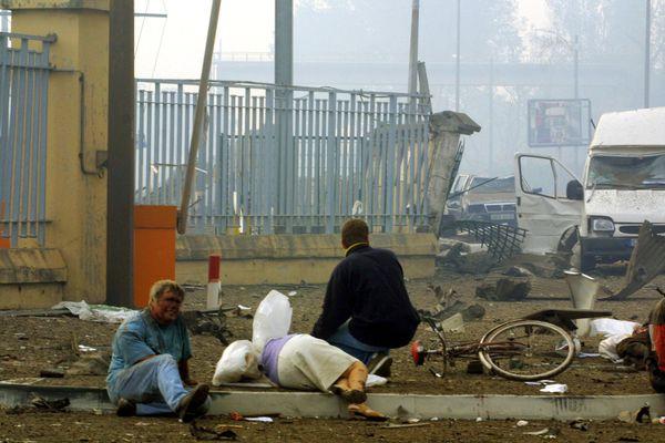 Devant l'usine AZF le 21 septembre 2001, les blessés gisent sur le trottoir après l'explosion.