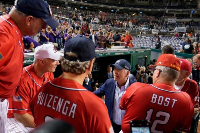 Le président Joe Biden face à l'équipe républicaine lors du match de baseball entre parlementaires, le 29 septembre 2021, à Washington.
