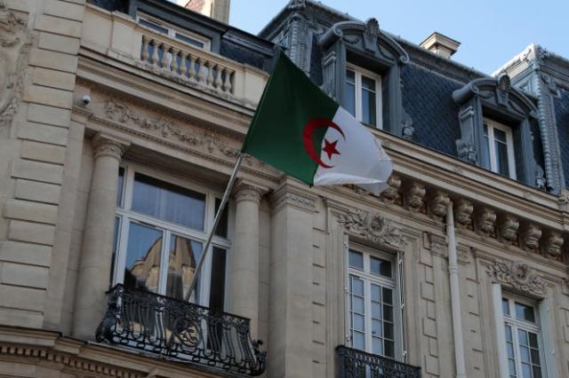 Le 23 juillet 2021, un drapeau algérien flottant sur la façade de l'ambassade à Paris.