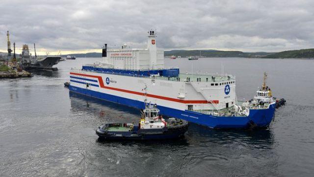 """L'agence nucléaire Rosatom a déployé une barge flottante équipée de deux SMR, """"l'Akademik Lomonosov"""". (ROSATOM via AFP)"""