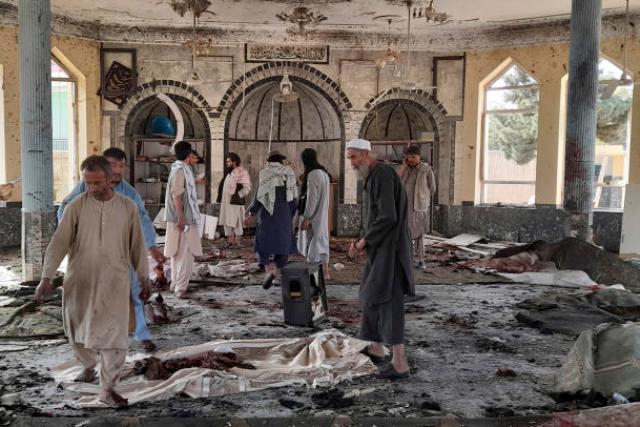 Dans la mosquée de Kunduz (nord de l'Afghanistan), après l'attaque revendiquée par l'EI, le 8 octobre 2021.