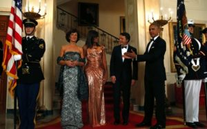 US President Barack Obama (R), US First Lady Michelle Obama (2nd-L) welcome Italian Prime Minister Matteo Renzi (2nd-R) and his wife Agnese Landini (L) for the State Dinner at the White House in Washington on October 18, 2016. / AFP / YURI GRIPAS (Photo credit should read YURI GRIPAS/AFP/Getty Images)