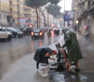nubifragio a Roma i negozianti di viale Eritrea si salvano da soli