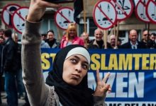 Photo of This Young Muslim Woman Went To An Anti-Islam Rally And Took Selfies