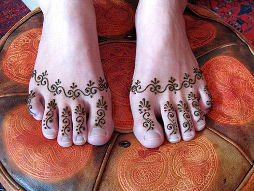 simple henna design idea for feet fingers