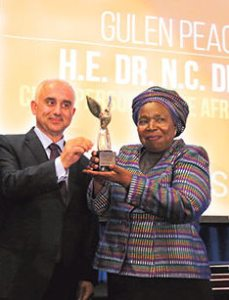 Nkosazana Dlamini-Zuma receiving the Gülen Peace Award
