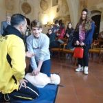 I ragazzi apprendono le manovre di defibrillazione
