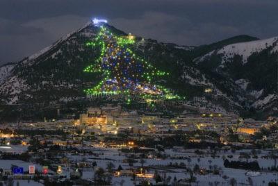 Gubbio. L 'Albero di Natale più grande del mondo' con 'Save the children'
