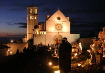 Assisi. Accensione e benedizione dell'albero e presepe dedicati ai terremotati