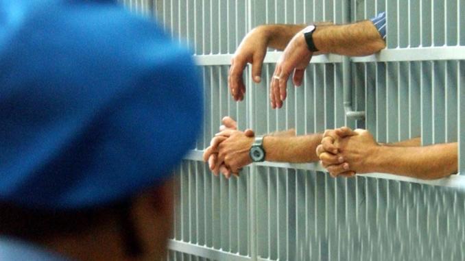 Certificati falsi in carcere, medico e quattro agenti indagati per truffa e falso