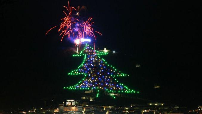 Albero Di Natale Gubbio.Gubbio Accensione Albero Di Natale Piu Grande Del Mondo