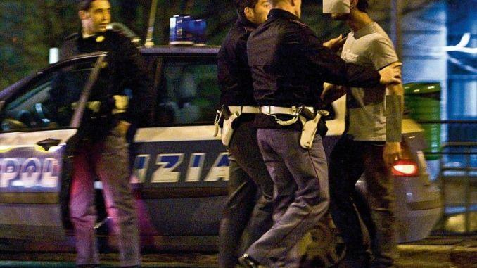 Aggredisce i poliziotti e ne ferisce uno, arrestato straniero ubriaco e violento