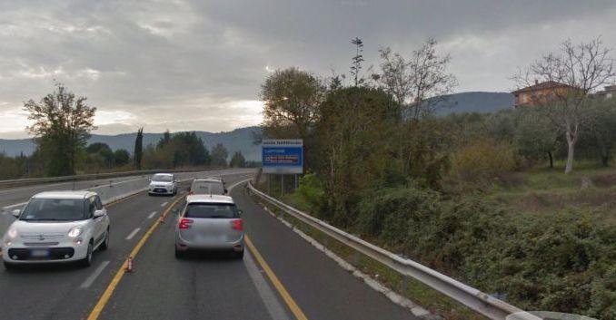 Lastra metallica investe auto sulla Terni-Orte, ferita bambina