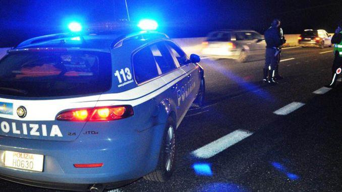 Guida del tir completamente ubriaco, la polizia gli ritira la patente e lo denuncia