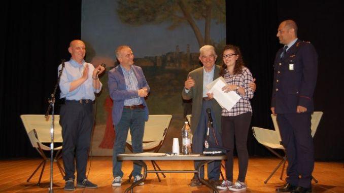 Il Presidente del Credito cooperativo umbro Antonio Marinelli premia la vincitrice