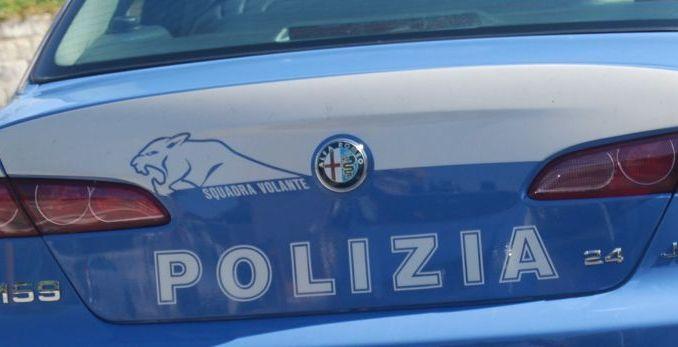 In giro per Perugia con l'auto senza patente e con un coltello
