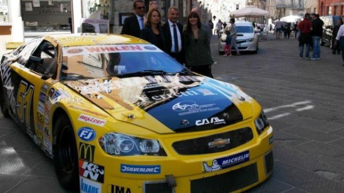 Roberto Papini, Carmelo Campagna, Giovanna Chiuini, Giorgio Alberton, Francesca Pasquino, Fabio Paparelli davanti alla stock car di Cheever III