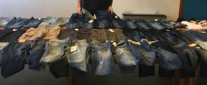 Cento capi di abbigliamento nascosti in casa, denunciato