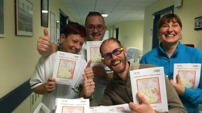 Leonardo che consegna gli opuscoli in ospedale con alcuni infermieri