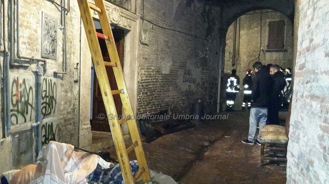 Scoppia incendio a Perugia, pompieri trovano cadavere [FOTO e VIDEO]
