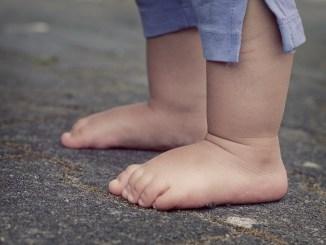 Bimbo a piedi da solo a Perugia, segnalata la giovane mamma