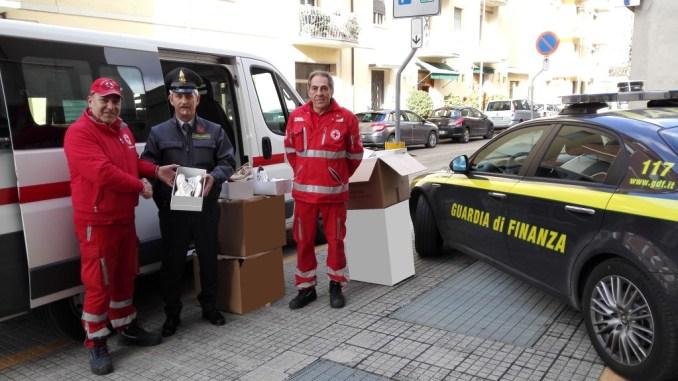 Scarpe sequestrate donate alla Croce Rossa