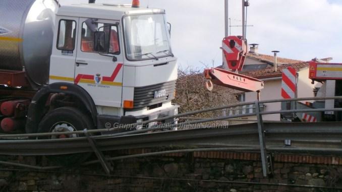 Tragedia sfiorata, camion in bilico sul ponte di Bastia Umbra