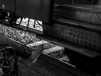Aiutano disabile a salire in treno, ma Trenitalia gli sbatte le porte in faccia