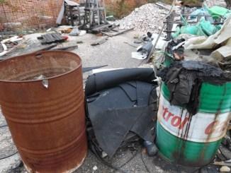 Rifiuti pericolosi abbandonati in un cantiere edile