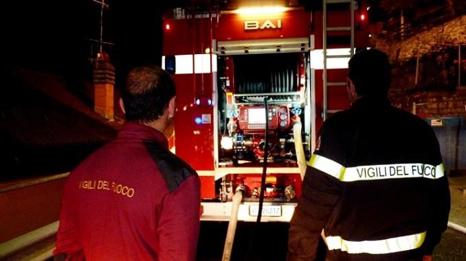 Incendio in una carrozzeria a Perugia, vigili del fuoco sul posto