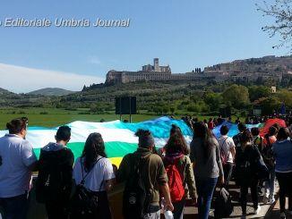 Papa: Frati Assisi, migliaia di studenti lo accompagnano a Lesbo