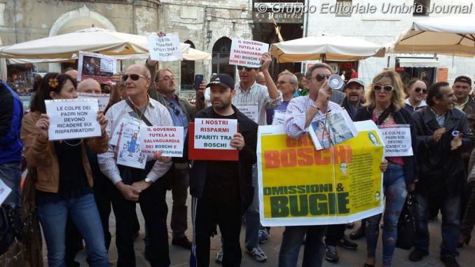 Banca Etruria, risparmiatori di Arezzo protestano davanti il Pavone
