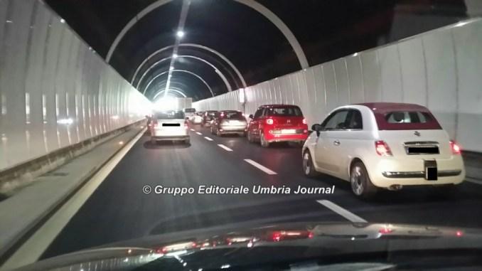 Camion in fiamme sulla Perugia-Bettolle e il traffico va subito in tilt
