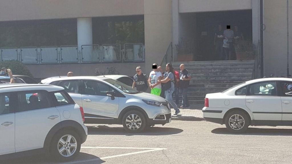 Gli arrestati vengono portati in carcere (1)