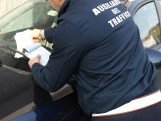 Picchia ausiliario traffico e ne minaccia un altro per multa a Perugia