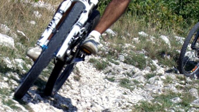 Ciclista cade da una mountain bike nei pressi di Colfiorito, trasferito in ospedale