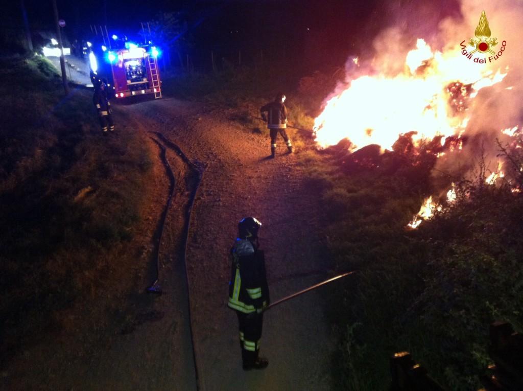 Incendio a Gualdo Cattaneo, pompieri salvano vitelli e maiali