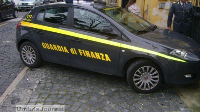 Guardia di Finanza di Foligno arresta spacciatore, coltivava marijuana in casa