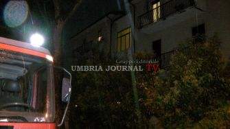 Fulmine colpisce palazzina a Bastia Umbra, pompieri sul posto [FOTO]