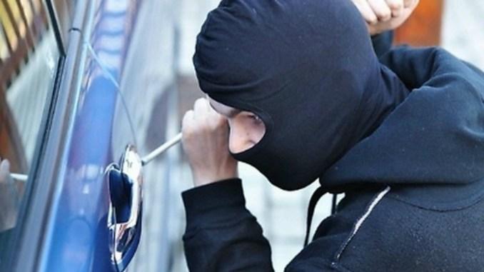 Rubava oggi all'interno di auto, arresto a Perugia un 55enne