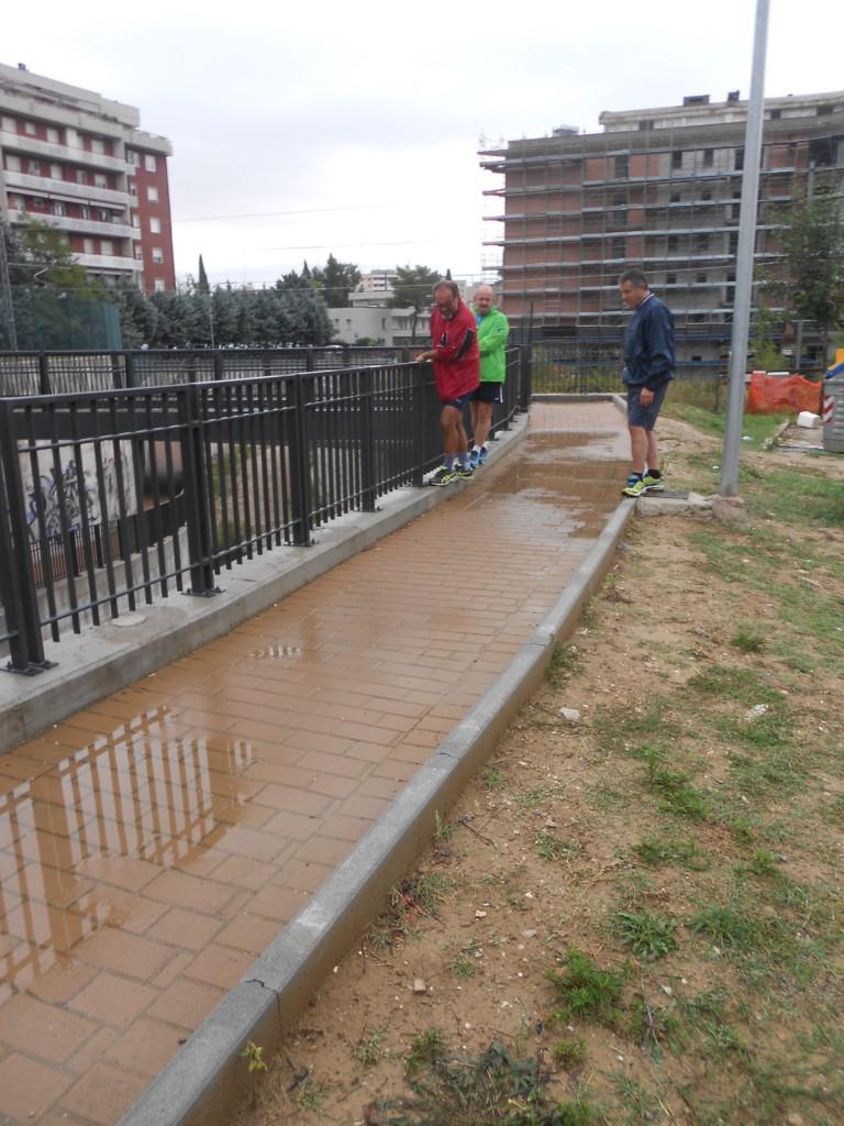 percorso-pedonale-allagato-acrobazie-dei-camminatori-per-evitare-acqua-2-10-16