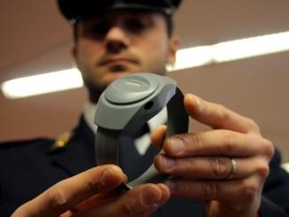 Perseguita ex moglie e i suoi parenti, agli arresti domiciliari con braccialetto elettronico