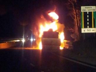 Attimi di panico tra Narni e Terni, cabina di un camion va a fuoco