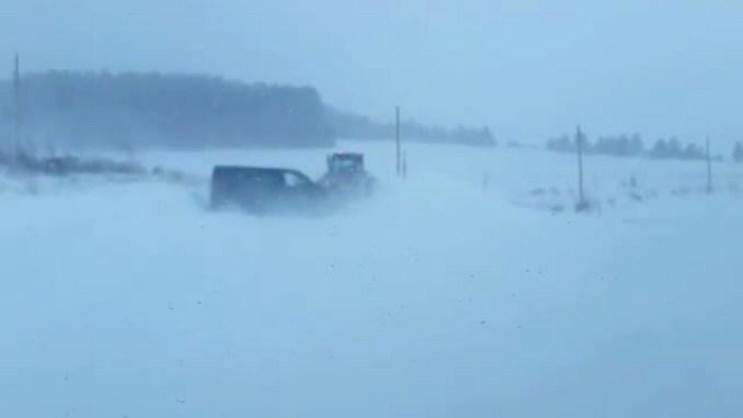 Bufera di neve a Colfiorito, furgone con disabile a bordo bloccato in mezzo alla tormenta