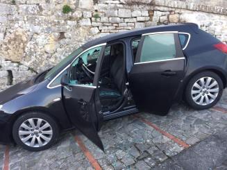 Vandali in azione al centro storico di Todi, auto danneggiate