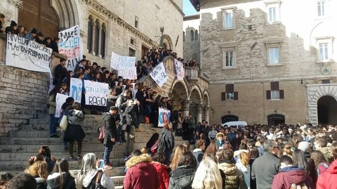 Rivogliamo il nostro Galilei, studenti protestano in piazza IV Novembre a Perugia