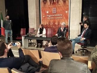 La Presidente Porzi, Attilio Solinas e Giacomo Leonelli mentre ascoltano il rappresentante dell'Omphalos che chiede l'approvazione della legge contro l'omofobia