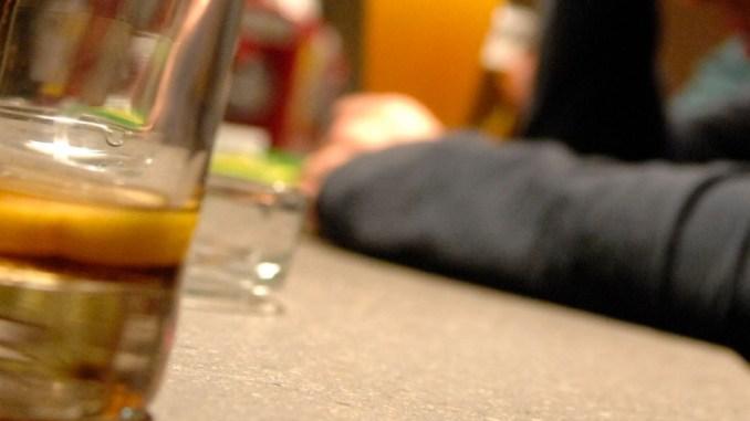 Barista non gli dà da bere perché ubriaco e lui fa pipì sulla vetrina